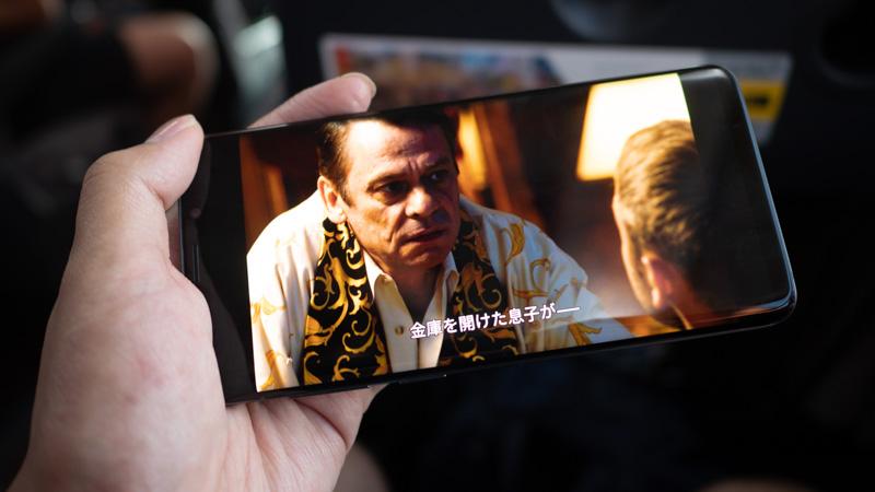 バス車内でNetflixのSense8をGalaxy S9+で観ている様子